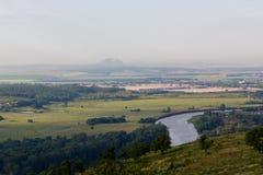 Vue de colline à la montagne solitaire dans la distance Photos libres de droits
