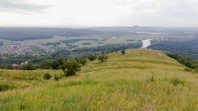 Vue de colline à la montagne solitaire dans la distance Photographie stock libre de droits
