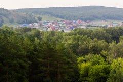 Vue de colline au village dans la distance Photographie stock
