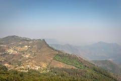 Vue de colline avec les arbres verts photos libres de droits