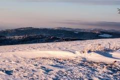 Vue de colline d'Ochodzita au-dessus de village de Koniakow en montagnes de Beskid Slaski pendant l'hiver Photos libres de droits