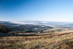Vue de colline d'Ochodzita en montagnes de Beskid Slaski d'automne en Pologne Image stock