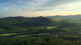 Vue de colline de Lovos Coucher du soleil en montagnes de Boh?me centrales, R?publique Tch?que clips vidéos