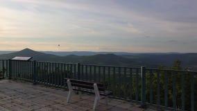 Vue de colline de Lovos Coucher du soleil en montagnes de Boh?me centrales, R?publique Tch?que banque de vidéos