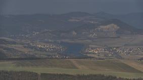 Vue de colline de Lovos en montagnes de Ceske Stredohori Photos stock