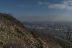 Vue de colline de Lovos en montagnes de Ceske Stredohori Photo libre de droits