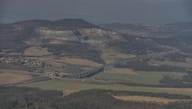 Vue de colline de Lovos en montagnes de Ceske Stredohori Image libre de droits