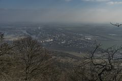 Vue de colline de Lovos en montagnes de Ceske Stredohori Images libres de droits