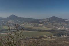 Vue de colline de Lovos en montagnes de Ceske Stredohori Photographie stock