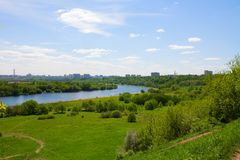Vue de colline vers Moscou et rivière photographie stock