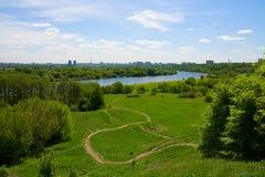 Vue de colline vers Moscou et rivière Image libre de droits