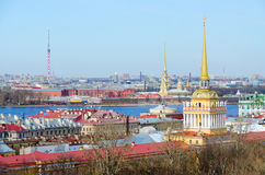 Vue de colonnade de cathédrale du ` s de St Isaac au centre historique de St Petersburg Image stock
