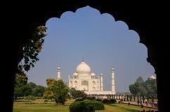 Vue de complexe de Taj Mahal encadrée avec une voûte, Âgrâ, Uttar Prade photographie stock libre de droits