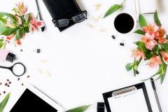 Vue de comprimé, de presse-papiers, d'accessoires de bureau, de café et de flowe Photographie stock libre de droits
