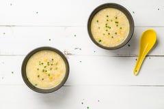Vue de configuration d'appartement de bols de soupe à maïs photos stock