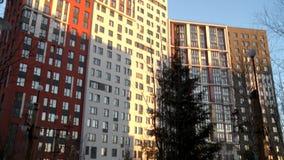 Vue de construction à plusiers étages moderne de façade banque de vidéos