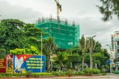 Vue de construction de ville de Nha Trang avec l'affiche socialiste, septembre 2016, le Vietnam Photo libre de droits