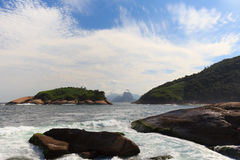 Vue de Corcovado Sugarloaf de plage Piratininga Ri Photographie stock