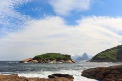 Vue de Corcovado Sugarloaf de plage Rio de Janeiro de Piratininga Photo libre de droits
