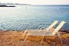 Vue de coucher du soleil aux chaises longues image stock