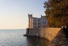 Vue de coucher du soleil de château de Miramare à Trieste Images stock