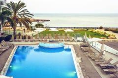 Vue de coucher du soleil de ci-dessus à la piscine et à la mer d'hôtel image libre de droits