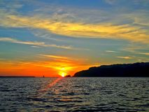 Vue de coucher du soleil d'un bateau photographie stock