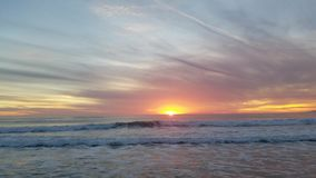 Vue de coucher du soleil de cuisson sur l'océan 4k banque de vidéos