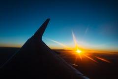 Vue de coucher du soleil de la fenêtre d'un avion Photographie stock libre de droits