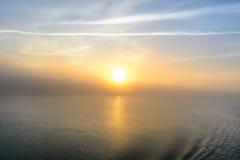 Vue de coucher du soleil de la plate-forme d'un bateau Vue horizontale d'un brumeux Images stock