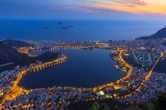 Vue de coucher du soleil de Lagoa Rodrigo de Freitas, d'Ipanema et de Leblon en Rio de Janeiro Image stock