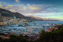 Vue de coucher du soleil de marina de principauté du Monaco et de Monte Carlo Photographie stock