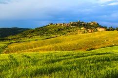 Vue de coucher du soleil de Monticchiello Photos libres de droits