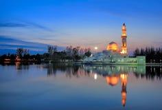Vue de coucher du soleil de mosquée de flottement Images libres de droits