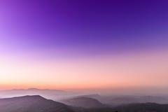 Vue de coucher du soleil de paysage à la chaîne de montagne tropicale Image stock