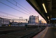 Vue de coucher du soleil de plate-forme de train du Japon au JR station de Kyoto Images libres de droits