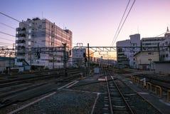Vue de coucher du soleil de plate-forme de train du Japon au JR station de Kyoto Photographie stock libre de droits