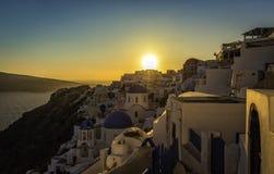 Vue de coucher du soleil des églises bleues de dôme de Santorini photographie stock libre de droits