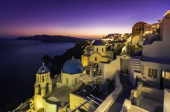 Vue de coucher du soleil des églises bleues de dôme de Santorini Photographie stock