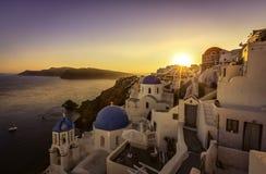 Vue de coucher du soleil des églises bleues de dôme de Santorini photos stock