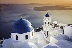 Vue de coucher du soleil des églises bleues de dôme de Santorini image libre de droits