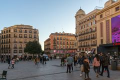 Vue de coucher du soleil des personnes de marche chez Callao Square Plaza del Callao dans la ville de Madrid, Espagne photo stock