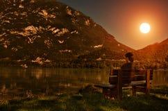 Vue de coucher du soleil - homme au lac Photo stock