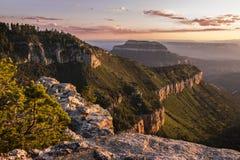 Vue de coucher du soleil de la jante du nord de Grand Canyon du point de sauterelle Photographie stock libre de droits