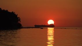 Vue de coucher du soleil de mer avec la silhouette du grand bateau banque de vidéos