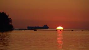 Vue de coucher du soleil de mer avec la silhouette du grand bateau clips vidéos