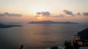 Vue de coucher du soleil orange stupéfiant au-dessus de mer calme autour d'île de Santorini, Grèce banque de vidéos
