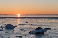 Vue de coucher du soleil par une côte glaciale Photographie stock libre de droits