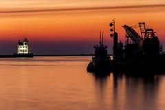 Vue de coucher du soleil de phare de port de Lorain le long du lac Érié - Lorain, Ohio photographie stock