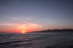 Vue de coucher du soleil du pilier à la plage de Santa Monica, Los Angeles, la Californie, Etats-Unis Photo stock